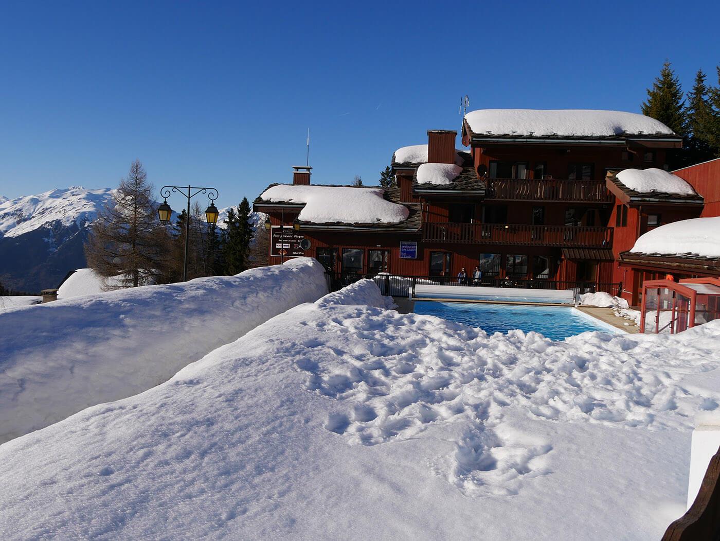 Hotel avec piscine dans la neige photographié avec un Lumix G7