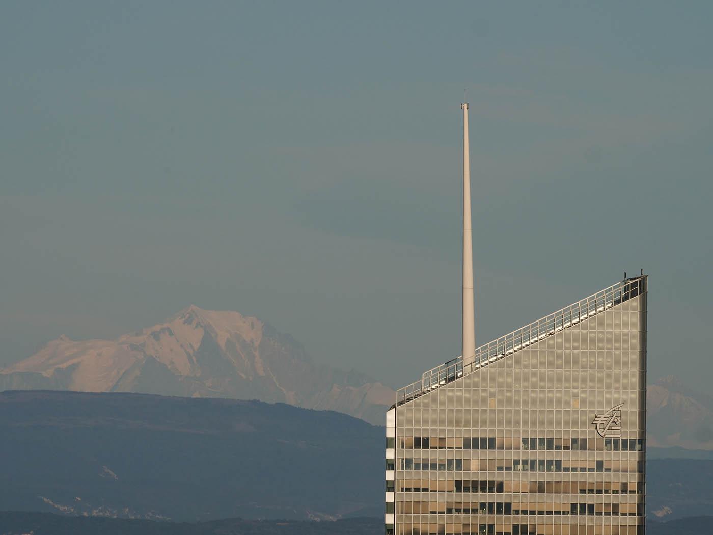 photo du Mont-Blanc et de la Tour Incity à 300 mm