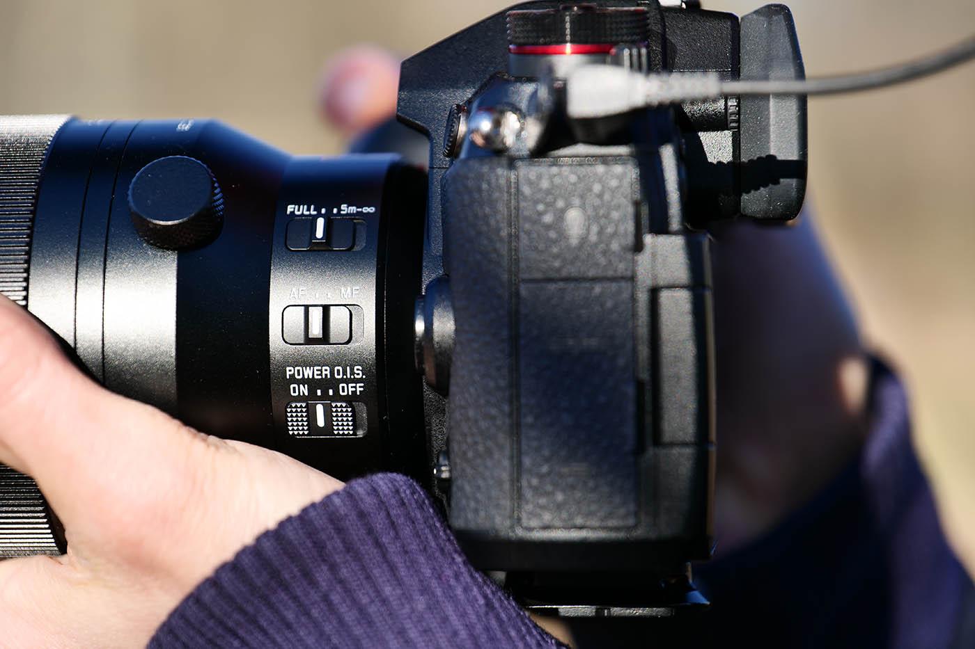 bouton de stabilisation optique et mise au point automatique sur le Panasonic Leica 100-400 mm