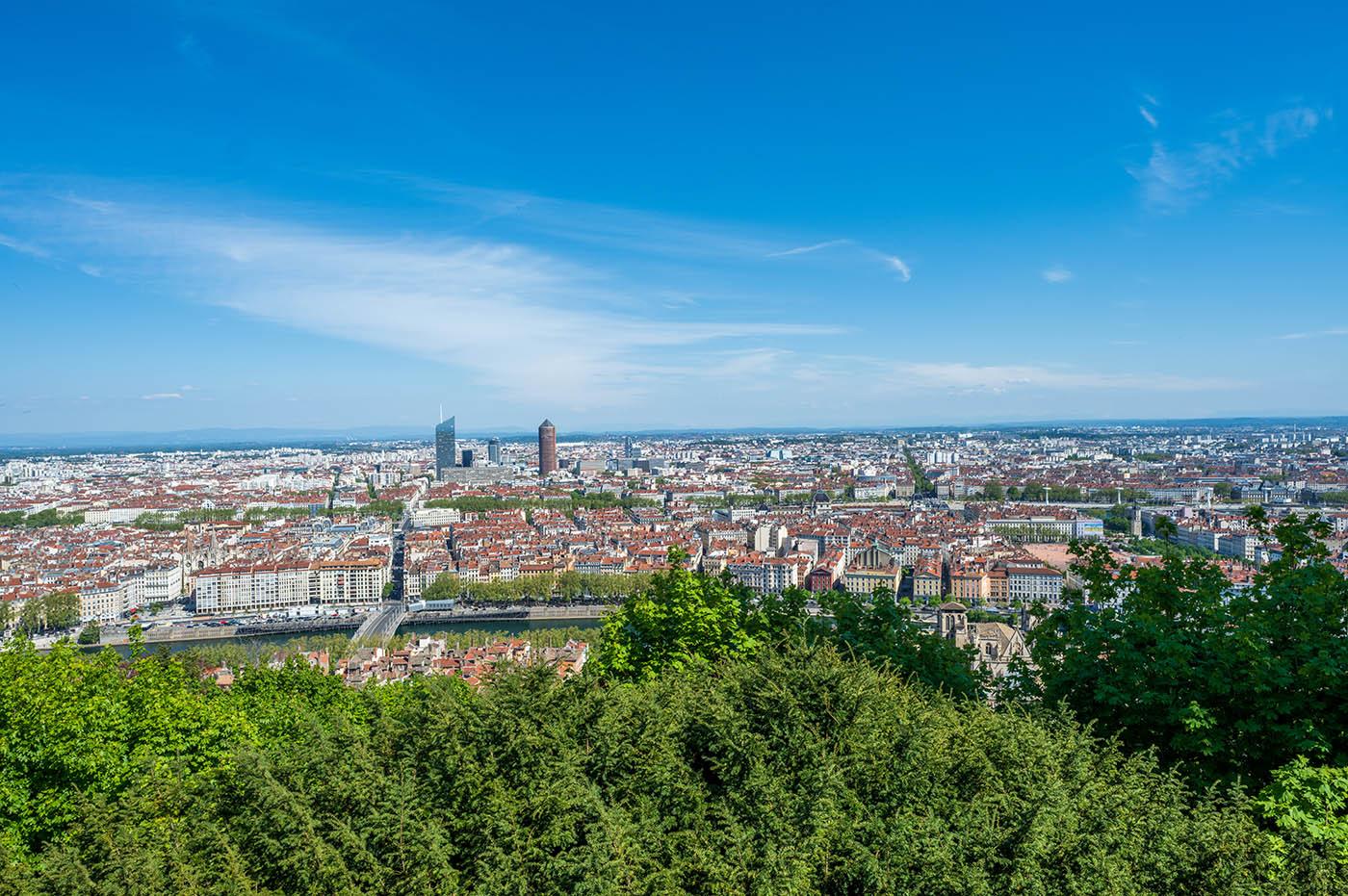 vue sur skyline de Lyon Bellecour et les Alpes
