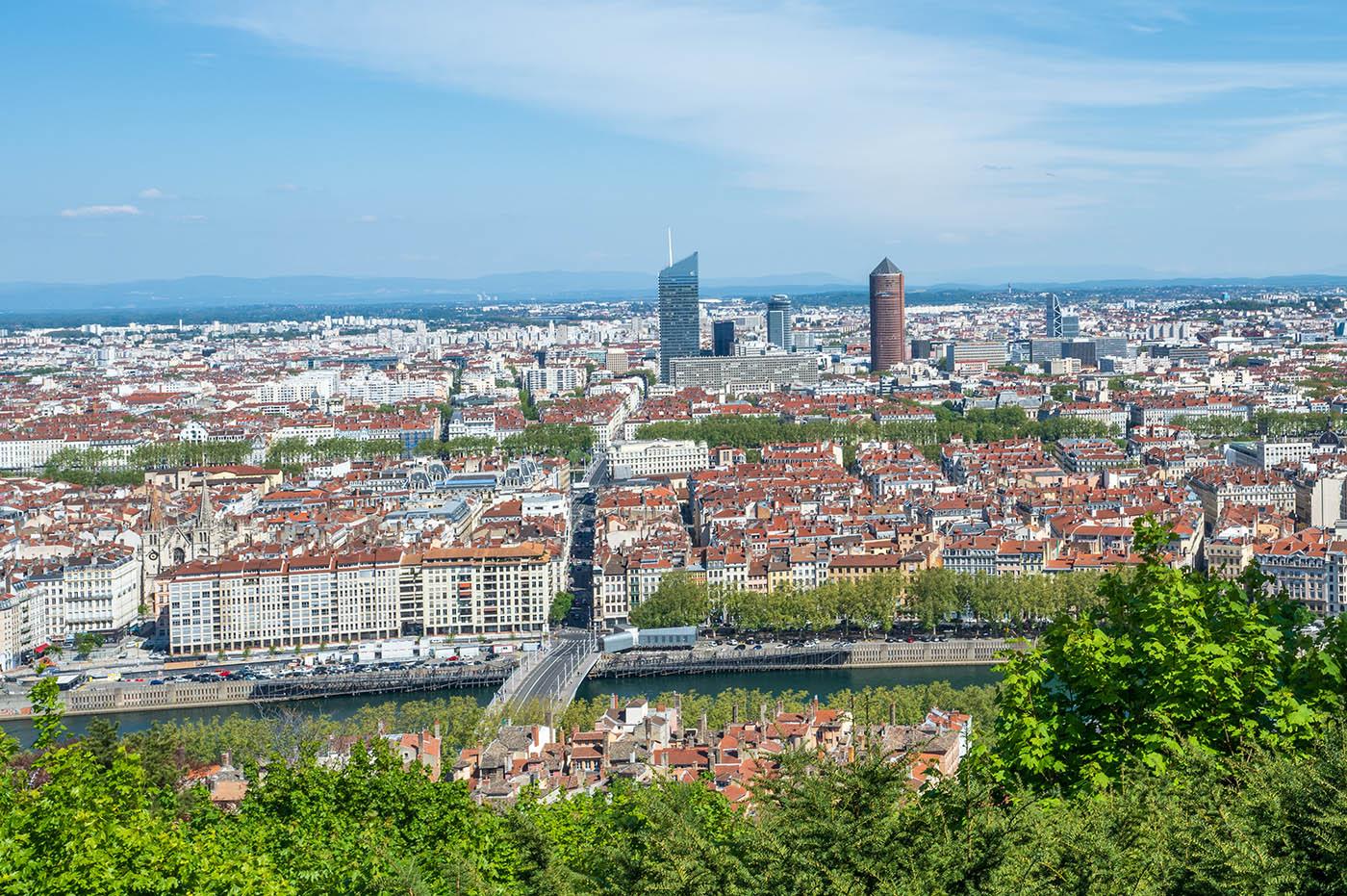 vue sur skyline de Lyon Bellecour et les Alpes gros plan